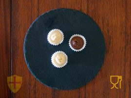 Bombones de chocolate en plato de pizarra decorativo. Platos y bandejas de pizarra.