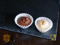 Bombones de chocolate en platos de pizarra para decoración de su mesa.