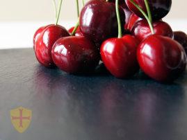 Pizarra restaurante. Cerezas y bandeja de pizarra natural decorativa para su mesa y hogar.