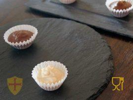 Chocolate en platos de pizarra para la decoración de su mesa y hogar.