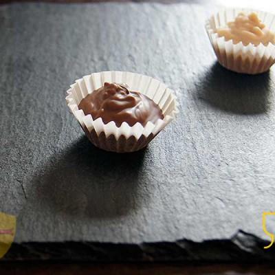 Deliciosos bombones de chocolate en plato de pizarra para decoración.