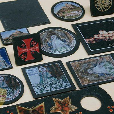 Posavasos de pizarra de decoración para Horeca. Diferentes posavasos de pizarra con impresión en color. Posavasos de pizarra para bares.